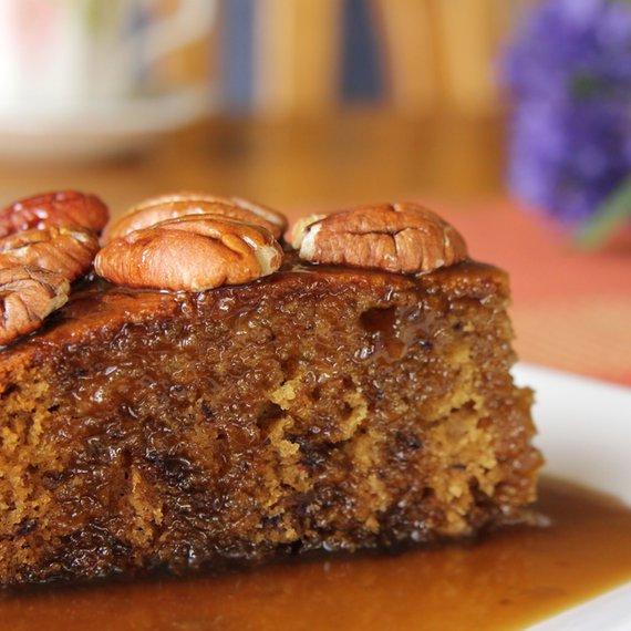 Koláč s datlemi a pekanovými ořechy