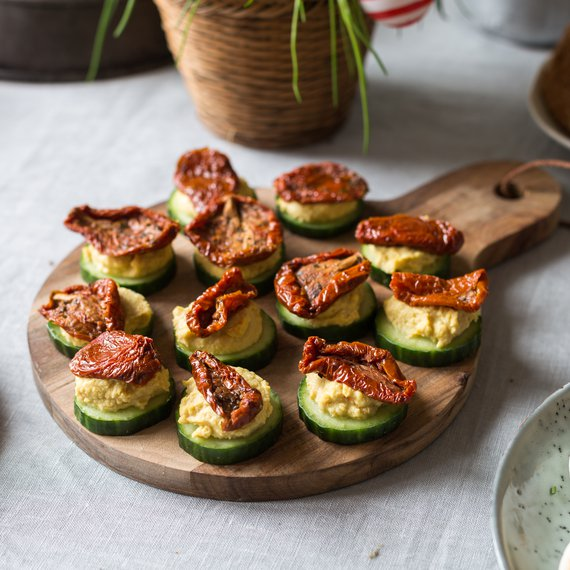 Okurkové jednohubky s hummusem