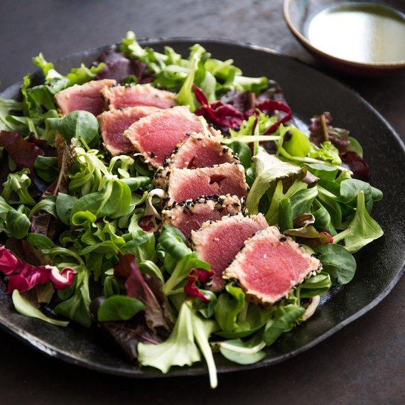 Tuňák v sezamové krustě se salátem a medovou zálivkou