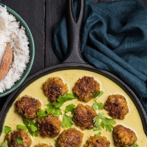 Kuřecí masové kuličky v kari omáčce z kokosového mléka