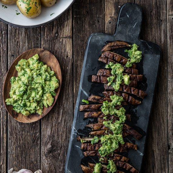 Portobello steaky s avokádovou omáčkou a bramborami