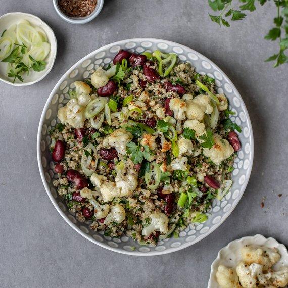 Teplý quinoový salát s pečeným květákem