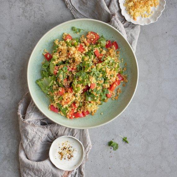 Jáhlový salát s červenou čočkou a tahini dipem