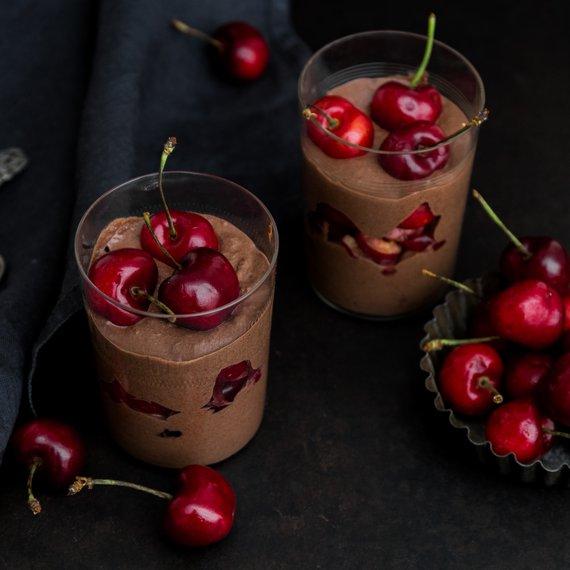 Veganská čokoládová mousse s třešněmi
