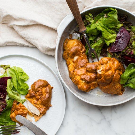 Arašídové kuřecí řízky se salátem