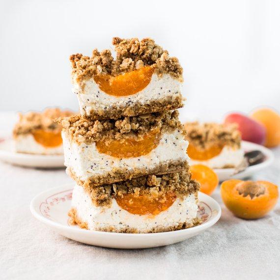 Strouhaný koláč s tvarohovomakovou náplní a meruňkami