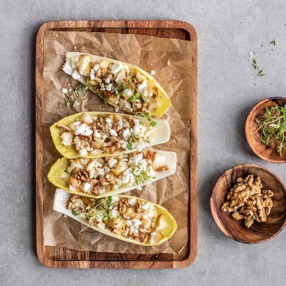 Čekankové lodičky plněné salátem z hrušky, fenyklu, sýra feta a vlašských ořechů