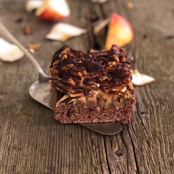 Kakaový koláč s jablky a ořechy