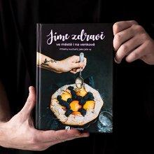 """<p><span style=""""color: rgb(0, 0, 0);"""">Tato kniha je jiná. Najdete v ní nejen jednoduché a zdravé recepty pro různé příležitosti, ale také inspirativní příběhy a postřehy kuchařů, jako jste vy. Projeli jsme Česko a spoustu receptů zkoušeli přímo v kuchyních našich čtenářů. V kuchařce najdete od každého něco – péct budete s mámou Týnou a jejími dětmi. S babičkou Maruškou a její vnučkou ochutnáte tradiční recepty v netradiční podobě. A s fitness trenérkou Verčou se podíváte na to, jaké recepty si můžete zabalit s sebou do krabičky.</span></p>"""